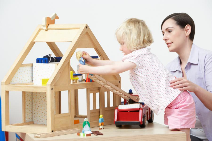 5513980-dziecko-bawiace-sie-z-matka-900-600