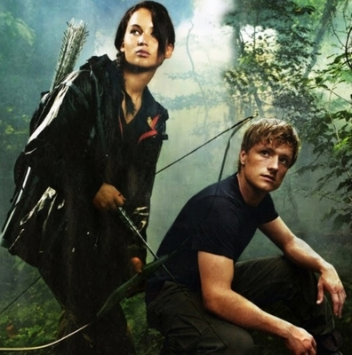The-Hunger-Games-haymitch-katniss-and-peeta-29956259-396-400